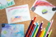 Disegni dei bambini e delle matite Immagini Stock