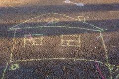 Disegni del ` s dei bambini dei pastelli sulla pavimentazione Immagini Stock