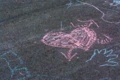 Disegni di gesso dei bambini Asphalt Concrete Outdoors Public Urban P fotografia stock libera da diritti