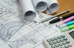 Disegni di ingegneria con la matita, gli evidenziatori e gli strumenti di misura di progettazione Immagini Stock Libere da Diritti
