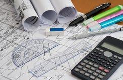 Disegni di ingegneria con la matita, gli evidenziatori e gli strumenti di misura di progettazione Fotografie Stock Libere da Diritti
