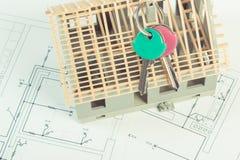 Disegni e diagrammi elettrici con le chiavi in costruzione e domestiche della casa, concetto domestico di costruzione Fotografia Stock