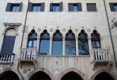 Disegni il vecchio veenziano del palazzo attraverso il fiume Bacchiglione a Padova in Veneto (Italia) Immagini Stock Libere da Diritti