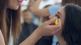 Disegni lo studio, le giovani coppie nel salone di bellezza fanno il trucco ed i tagli di capelli dai professionisti video d archivio