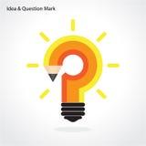 Disegni a matita il punto interrogativo e la lampadina su fondo Raggiro di istruzione Fotografie Stock Libere da Diritti