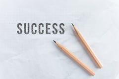 Disegni a matita il successo di parola di tiraggio su Libro Bianco con lo spazio della copia fotografia stock