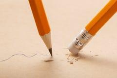 Disegni a matita il tiraggio una linea ondulata sulla gomma di matita e della carta che rimuove la banda Affare che rompe concett Immagine Stock