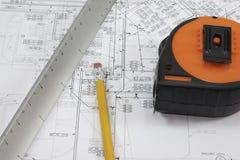 Disegni a matita, riporti in scala e la misura di nastro sui programmi Fotografia Stock
