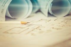 Disegni a matita su architettonico per i disegni di costruzione con rotolo di Fotografia Stock Libera da Diritti