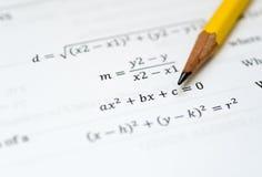 Disegni a matita su Libro Bianco con le formule matematiche visibili Fotografie Stock
