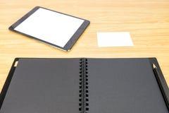 Disegni a matita sul libro nero in bianco con la tavola e sul biglietto da visita su woode Fotografie Stock Libere da Diritti