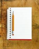 Disegni a matita sul piccolo rilievo di documento allineato Fotografie Stock