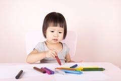Disegno adorabile del bambino con i pastelli variopinti Fotografia Stock Libera da Diritti