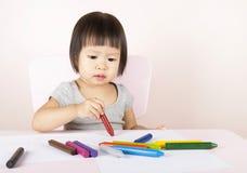 Disegno adorabile del bambino con i pastelli variopinti Immagine Stock