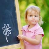 Disegno adorabile del bambino con un gesso Fotografie Stock Libere da Diritti