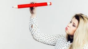 Disegno confuso della donna con la grande matita Fotografia Stock