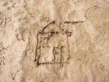 Disegno dei bambini della casa della famiglia in sabbia sulla spiaggia della baia Finestra aperta e doo aperto Immagini Stock
