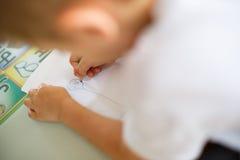 Disegno del bambino con i pastelli Fotografie Stock Libere da Diritti