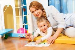 Disegno del bambino e della madre Fotografie Stock Libere da Diritti