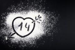 Disegno del cuore con una freccia sulla farina tinto Immagine Stock