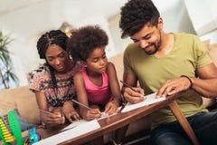 Disegno del papà e della mamma con la loro figlia immagini stock libere da diritti
