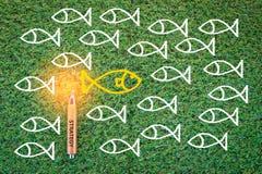 Disegno del pesce sul concetto di affari dell'erba verde jpg Fotografia Stock Libera da Diritti