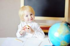 Disegno del ragazzino e mela felici di cibo nel luogo di lavoro Fotografia Stock Libera da Diritti