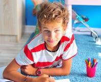 Disegno del ragazzo con le penne del feltro Fotografia Stock
