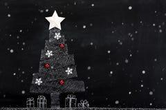 Disegno dell'albero di natale bianco con le precipitazioni nevose sulla lavagna Fotografia Stock Libera da Diritti