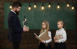 Disegno dell'insegnante con il suo piccolo studente al disegno sveglio del ragazzino della scuola Allievo d'aiuto dell'insegnante Fotografia Stock