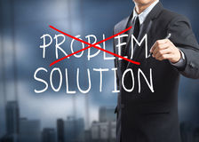 Disegno dell'uomo d'affari che depenna problema e che trova la soluzione Fotografie Stock Libere da Diritti