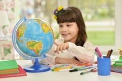 Disegno della bambina alla classe Fotografie Stock