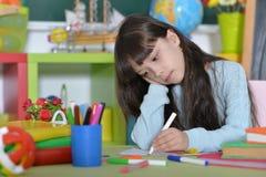 Disegno della bambina alla classe Immagini Stock