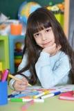 Disegno della bambina alla classe Fotografia Stock