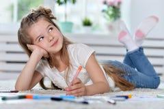 Disegno della bambina alla classe Fotografie Stock Libere da Diritti
