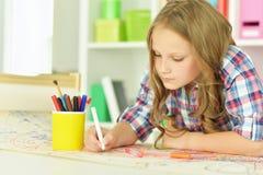 Disegno della bambina alla classe Fotografia Stock Libera da Diritti