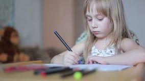 Disegno della bambina con gli indicatori archivi video