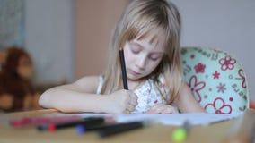 Disegno della bambina con gli indicatori stock footage