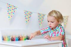 Disegno della bambina con le matite variopinte Immagini Stock