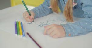 Disegno della mano del bambino con il pennarello colorato video d archivio