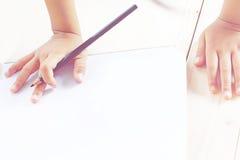 Disegno della mano del ` s del bambino qualcosa su Libro Bianco Immagine Stock Libera da Diritti