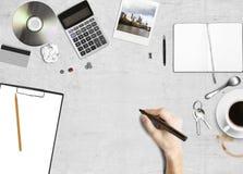 Disegno della mano sul documento fotografia stock
