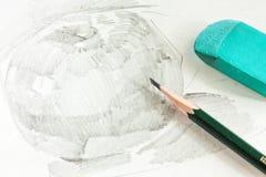 Disegno della mela dalla matita della grafite con la matita e la gomma Fotografia Stock