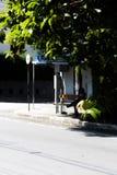 Disegno della ragazza ad una fermata dell'autobus Immagine Stock