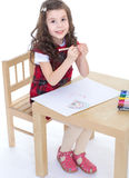 Disegno della ragazza del bambino con le matite colourful Immagine Stock Libera da Diritti