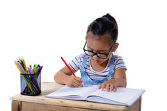 Disegno della ragazza del bambino con le matite di colore immagini stock libere da diritti