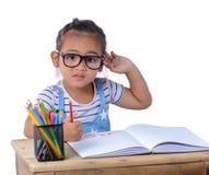 Disegno della ragazza del bambino con le matite di colore immagine stock