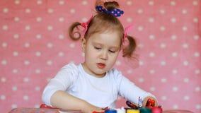 Disegno della ragazza del bambino dalla spazzola e dalla pittura Arte del bambino Gouache e pitture stock footage
