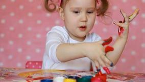 Disegno della ragazza del bambino dalla spazzola e dalla pittura Arte del bambino Gouache e pitture archivi video