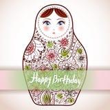 Disegno di scheda di buon compleanno Ske russo di Babushka di matrioshka della bambola Fotografie Stock Libere da Diritti